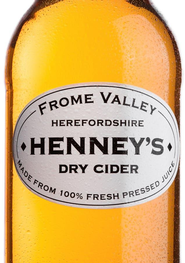 LONDON FÖRENADE KUNGARIKET - JUNI 22, 2017: Flasketikett av torr äppeljuice för Henney ` s Apple på vit royaltyfri fotografi