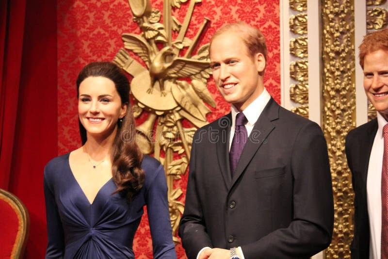 London Förenade kungariket - mars 20, 2017: Prins william och kateportraitvaxdiagram på madamen Tussauds London arkivbilder
