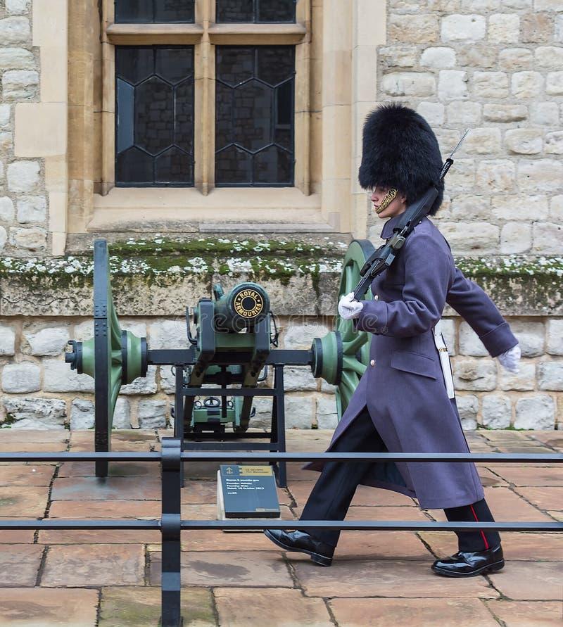 LONDON FÖRENADE KUNGARIKET - NOVEMBER 24, 2018: Kunglig vakt på tornet av London Ung soldatgränser nära ett vapen royaltyfria bilder