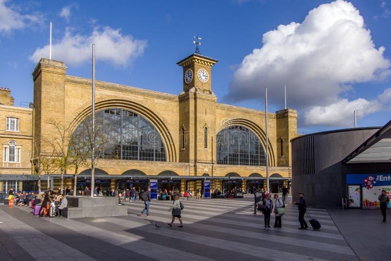 London Förenade kungariket - 13 November, 2018 - landskapsikt av ingången till den St Pancras järnvägsstationen royaltyfri fotografi