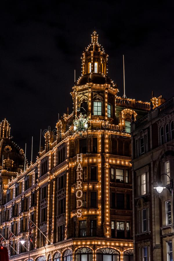 LONDON FÖRENADE KUNGARIKET - NOVEMBER 13, 2018: Nattfors, Harrods varuhus på den Brompton vägen i Knightsbridge arkivbild