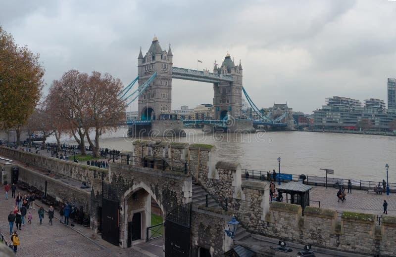 LONDON FÖRENADE KUNGARIKET - NOVEMBER 25, 2018: Vägg av tornet av London Med tornbron i bakgrunden arkivfoto