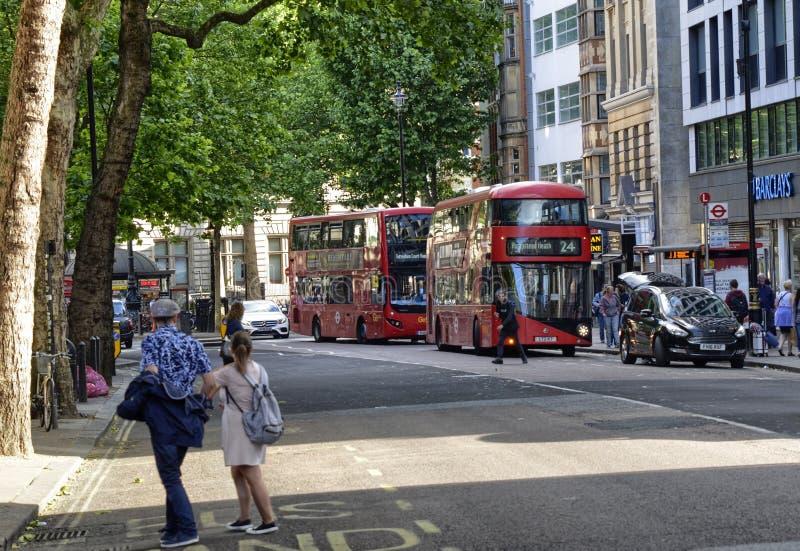 London F?renade kungariket, Juni 2018 Utseendet av staden runt om stationen f?r Leicester fyrkanttunnelbana arkivfoto
