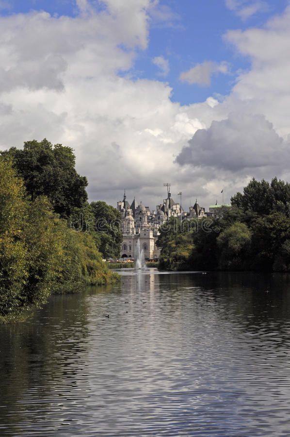 London från St James Park royaltyfria foton