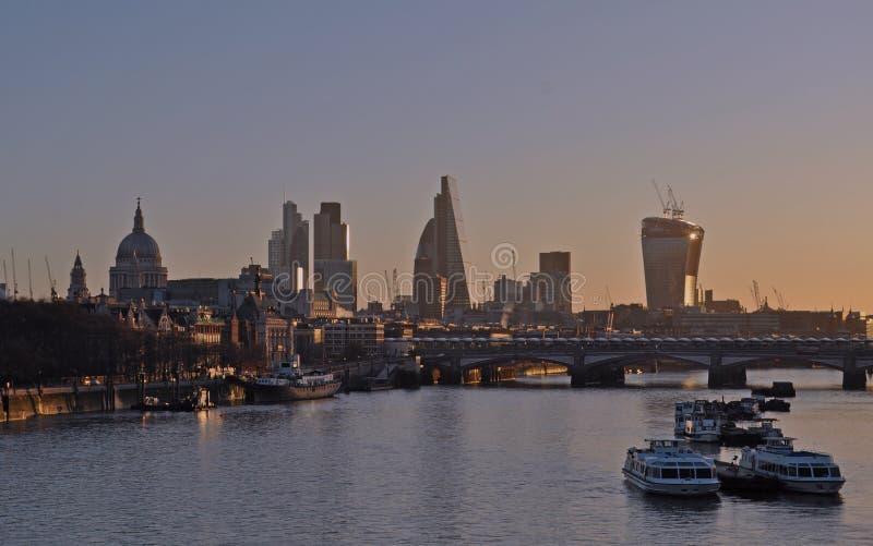 London från Waterloo överbryggar St Paul & staden på solnedgången royaltyfri foto