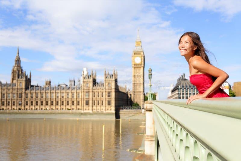 London-Frau auf Westminster-Brücke durch Big Ben stockbilder