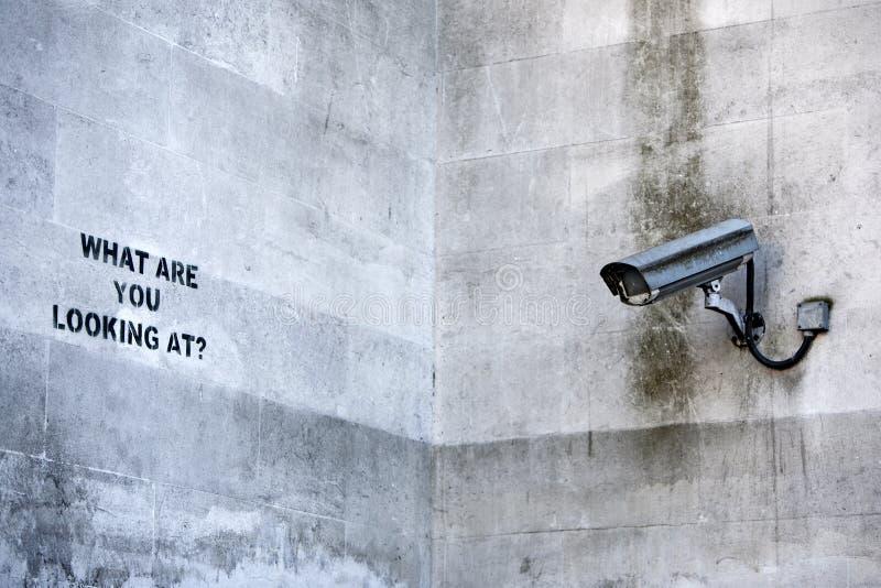 LONDON, Großbritannien - 8. April 2014: Banksys 'CCTV-' Graffiti in London lizenzfreie stockbilder