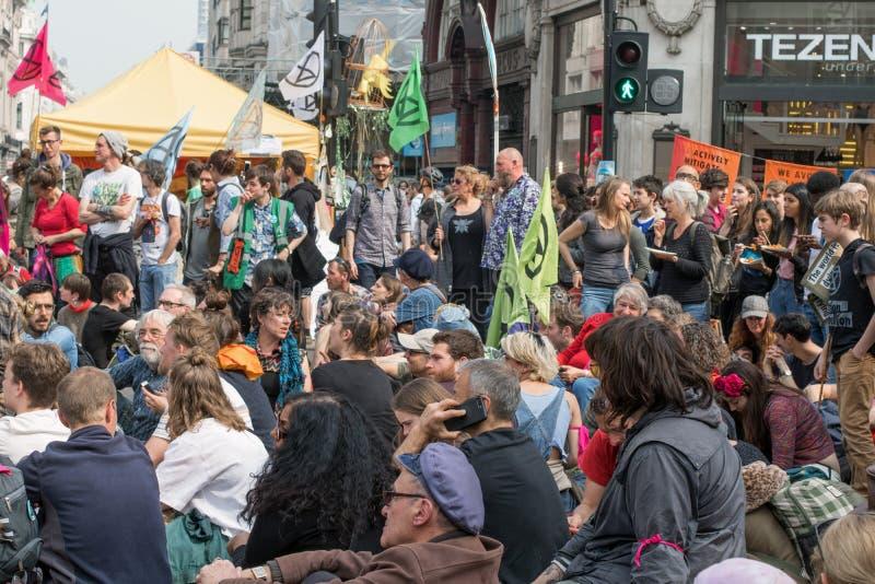 London, Großbritannien, am 17. April 2019 - Löschungs-Aufstands-Klimawandelprotestierender die Straßen außerhalb Oxford Circus-St lizenzfreies stockfoto