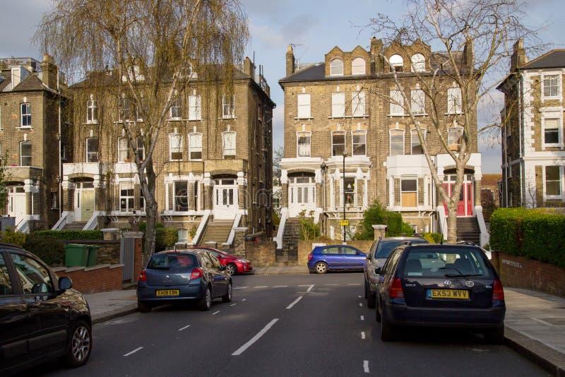 LONDON, Großbritannien - April, 13: Reihe von typischen englischen Häusern lizenzfreies stockfoto