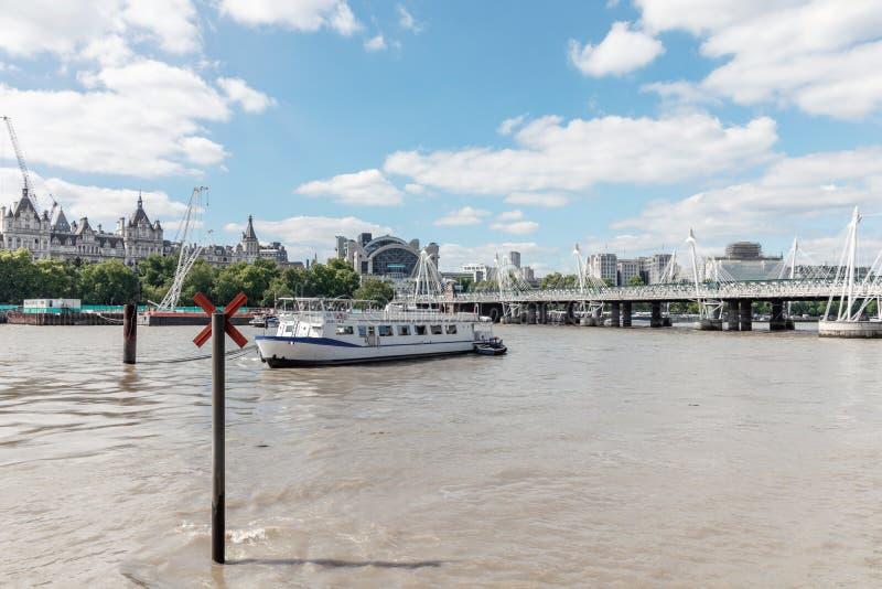 London/Großbritannien, am 15. Juli 2019 - ein Boot auf der Themse mit Blick auf Whitehall-Gericht und Hungerford und goldene Jubi stockbilder