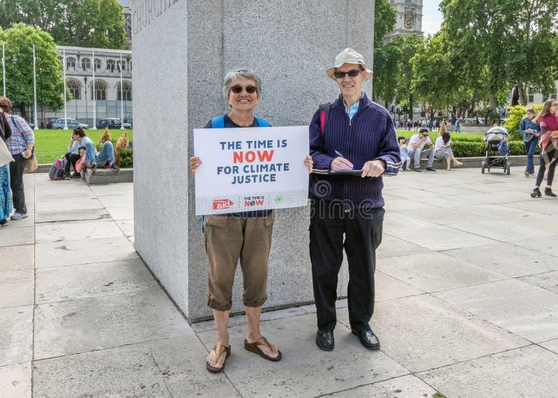 London/Großbritannien - 26. Juni 2019 - Paare tragen eine Zeit ist unterzeichnen jetzt im Parlamentsquadrat, als Teil einer Zeit  stockfoto