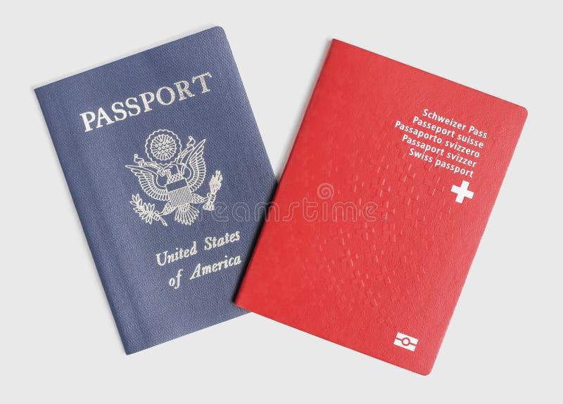 London/Großbritannien - 21. Juni 2019 - US und Schweizer Pässe auf einem weißen Hintergrund lizenzfreie stockfotografie