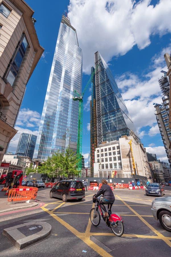 London Großbritannien - 12. Mai 2019 - Geschäftsleute und Tourist, die mit Wolkenkratzern im Hintergrund gehen stockfotografie
