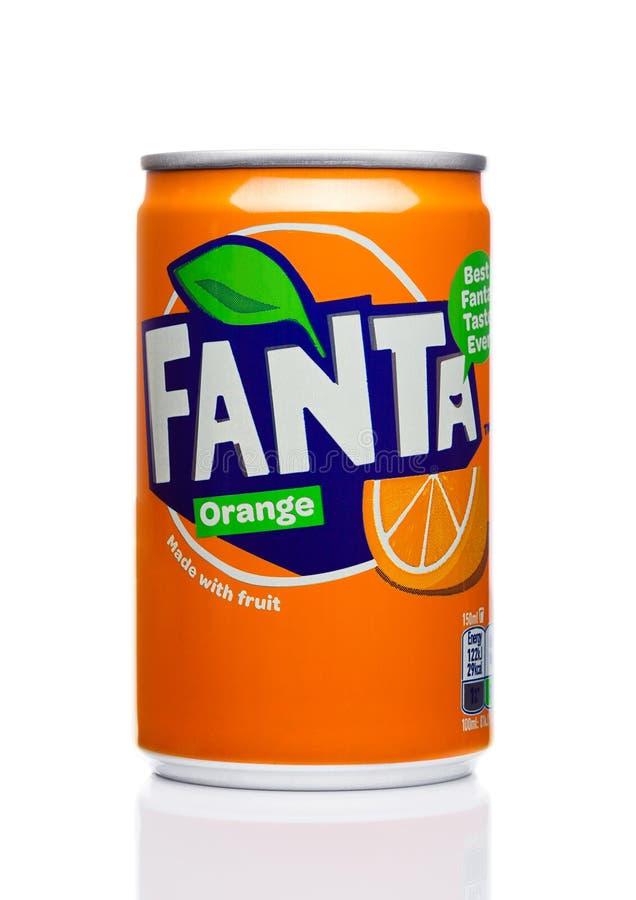 LONDON, Großbritannien - 17. November 2017: Fanta wenig kann alkoholfreies Getränk auf Weiß Fanta ist populäres Frucht-gewürztes  lizenzfreies stockbild