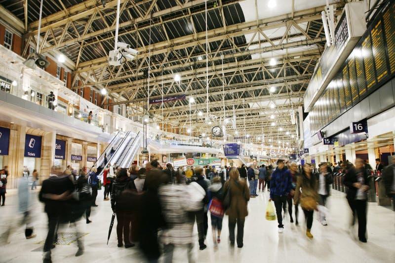 Innere Ansicht von Station Londons Waterloo stockfotos