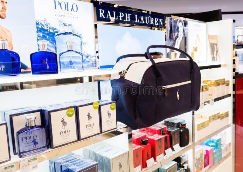 LONDON, GROSSBRITANNIEN - 31. AUGUST 2018: Polo Ralph Lauren-Parfüm- und -kosmetiksammlung im zollfreien Speicher stockfotografie