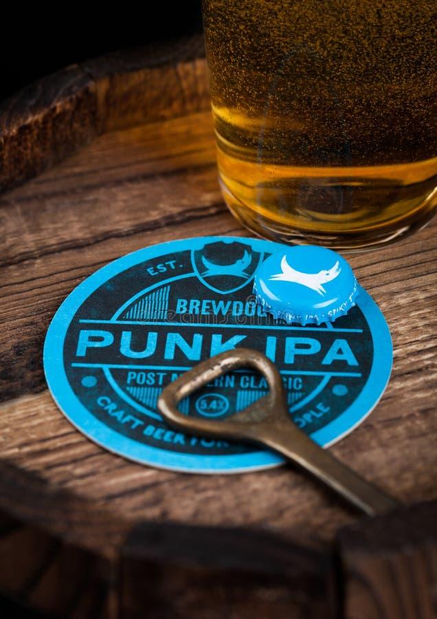 LONDON, GROSSBRITANNIEN - 10. AUGUST 2018: Punk-Ipa Bierküstenmotorschiff Brewdog mit Flaschenspitze und Öffner und Glas Bier auf stockfotografie