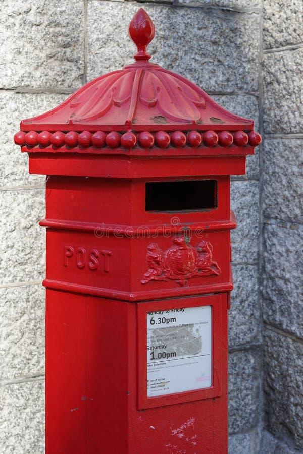 LONDON, GROSSBRITANNIEN - 22. AUGUST: Roter Royal Mail-Briefkasten auf dem southban stockfotografie