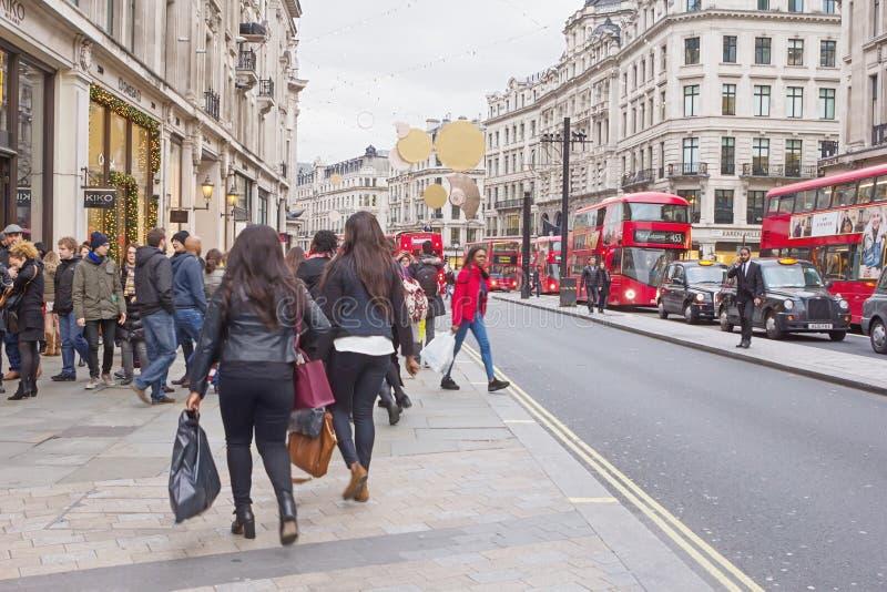 LONDON, GROSSBRITANNIEN - 25. DEZEMBER 2015: Abend-Oxford-Straße im BO lizenzfreie stockbilder