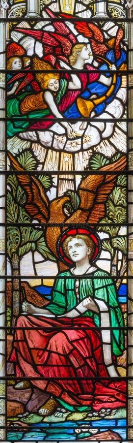 LONDON, GROSSBRITANNIEN: Die Vision der Apocalypse von Johannes der Evangelist auf dem Buntglas in Kirche Heiliger Dreifaltigkeit stockfotos