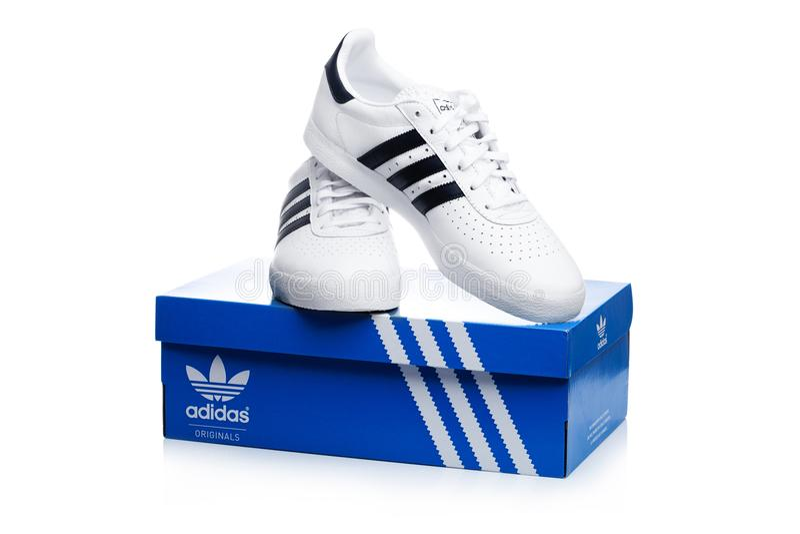 Blaue Adidas Turnschuhe Für Das Laufen, Bildend, In Grauem