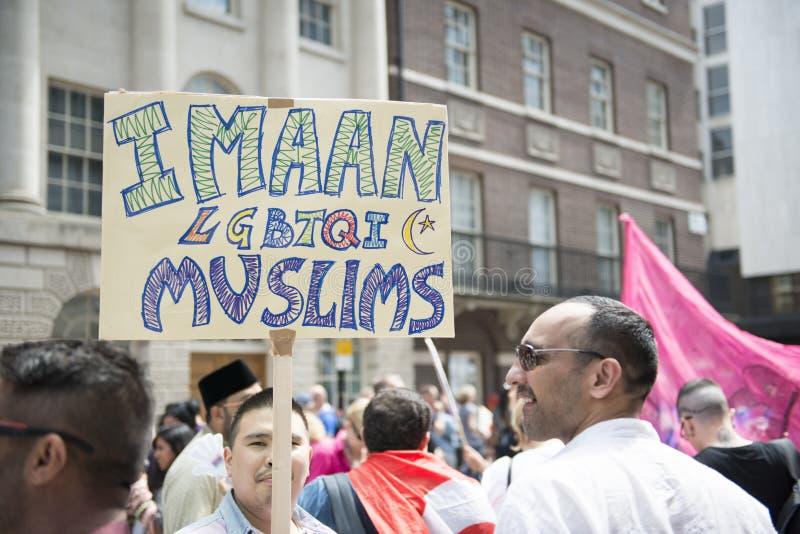 LONDON, GROSSBRITANNIEN - 29. JUNI: Moslemisches homosexuelles Plakat im Bäcker Street am G lizenzfreies stockbild