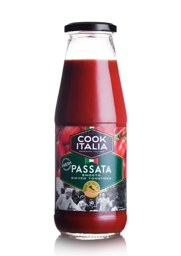 LONDON, GROSSBRITANNIEN - 10. MÄRZ 2018: Glasflasche des Kochs Italia Passata Sauce auf Weiß lizenzfreies stockfoto