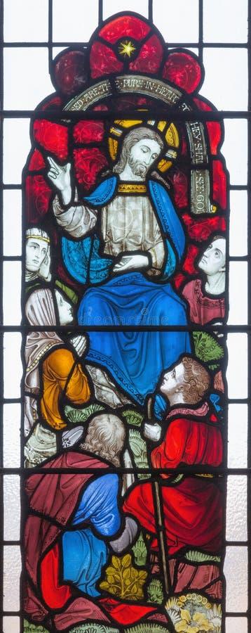 LONDON, GROSSBRITANNIEN - 19. SEPTEMBER 2017: Bergpredigt auf dem Buntglas in ` s St. Mary Abbot Kirche lizenzfreie stockfotografie