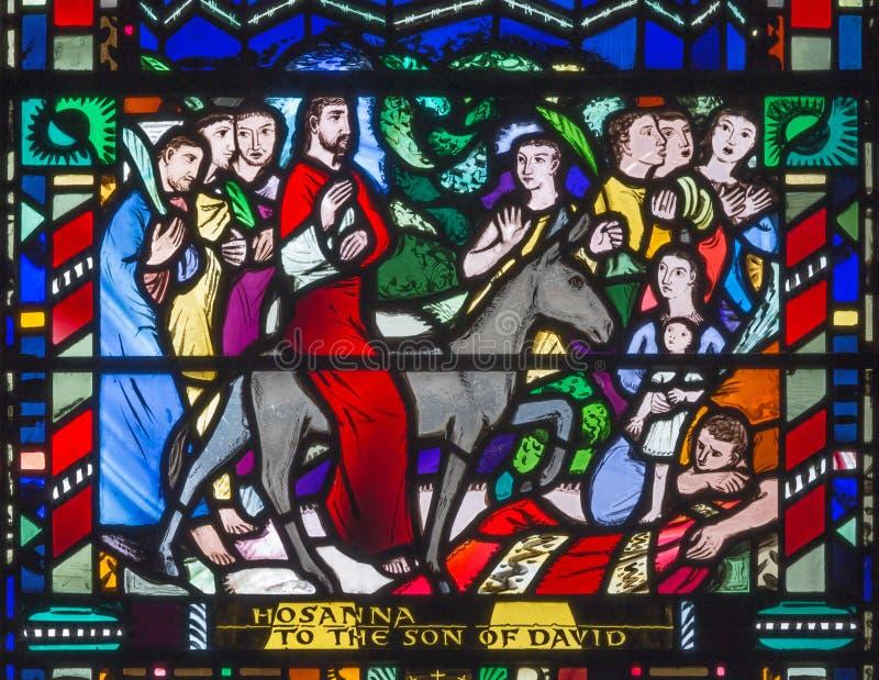 LONDON, GROSSBRITANNIEN - 16. SEPTEMBER 2017: Das Buntglas der Palme Sundy - Eintritt von Jesus in Jerusalem in Kirche St. Etheld stockfotografie