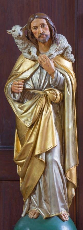 LONDON, GROSSBRITANNIEN - 17. SEPTEMBER 2017: Die geschnitzte vielfarbige Statue des guten Schäfers in Kirche St. Marys Pimlico stockfotos