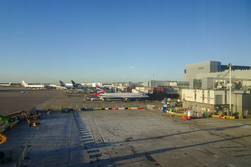 London Heathrow, 16/01/2019 - sikt från den Virgin Atlantic vardagsrummet royaltyfria bilder