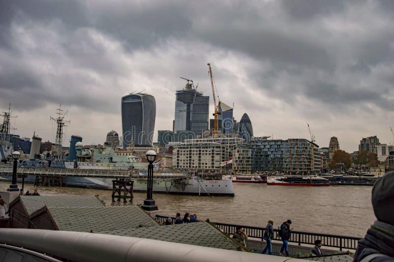London horisont ?ver floden thames arkivfoto