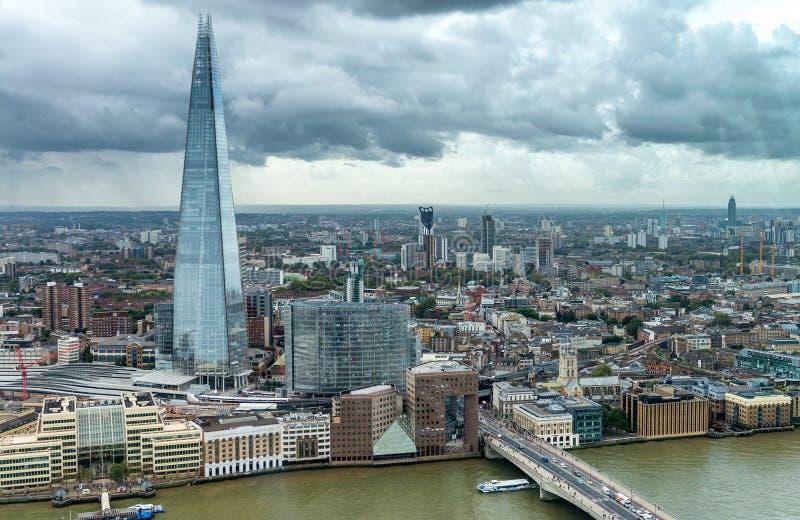 London horisont, flyg- sikt på en molnig dag royaltyfria bilder