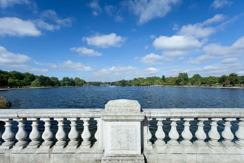 London Hyde Park Pond und Gärten lizenzfreie stockbilder