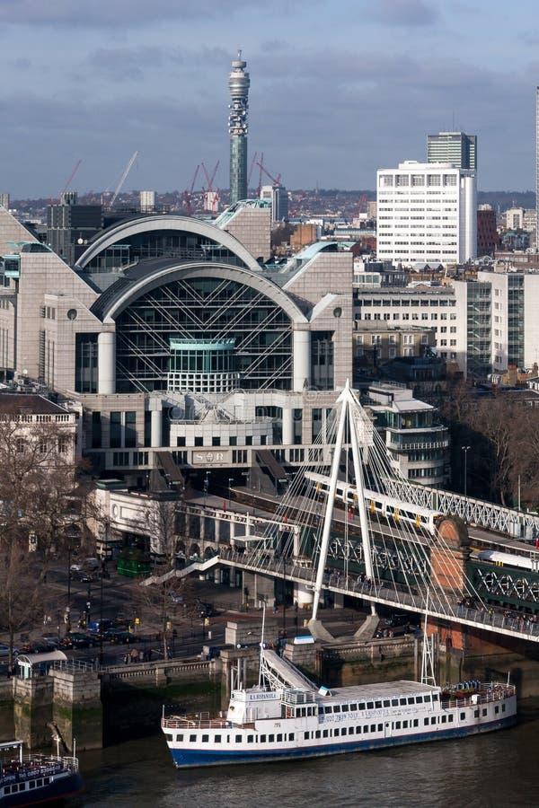 LONDON - 27. JANUAR: Charing-Kreuz Staion und Hungerford-Brücke stockfoto
