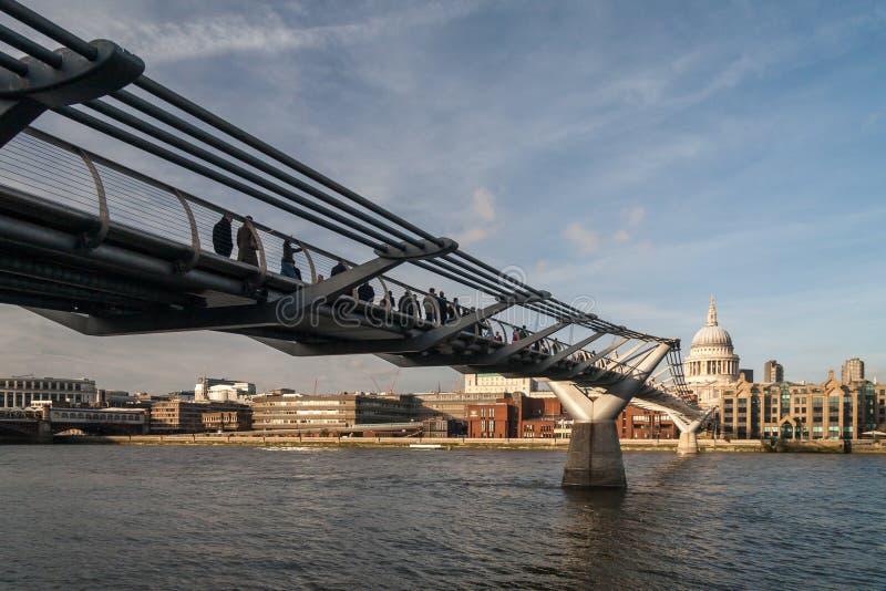 LONDON - 27. JANUAR: Jahrtausendbrücke und St. Pauls Cathedral I stockfotos