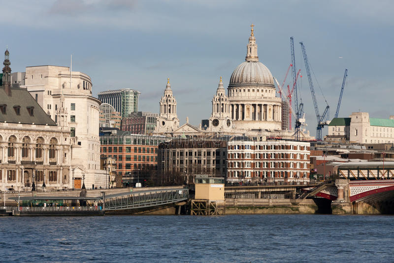 LONDON - 27. JANUAR: St. Pauls vom Southbank in London auf J stockfotos