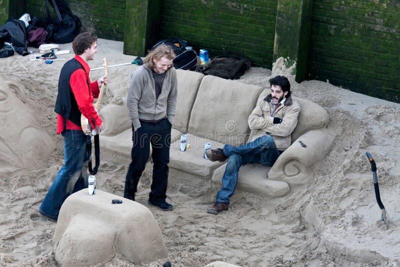 LONDON - JANUARI: Kyla i en sandvardagsrum vid flodThemsen royaltyfri bild