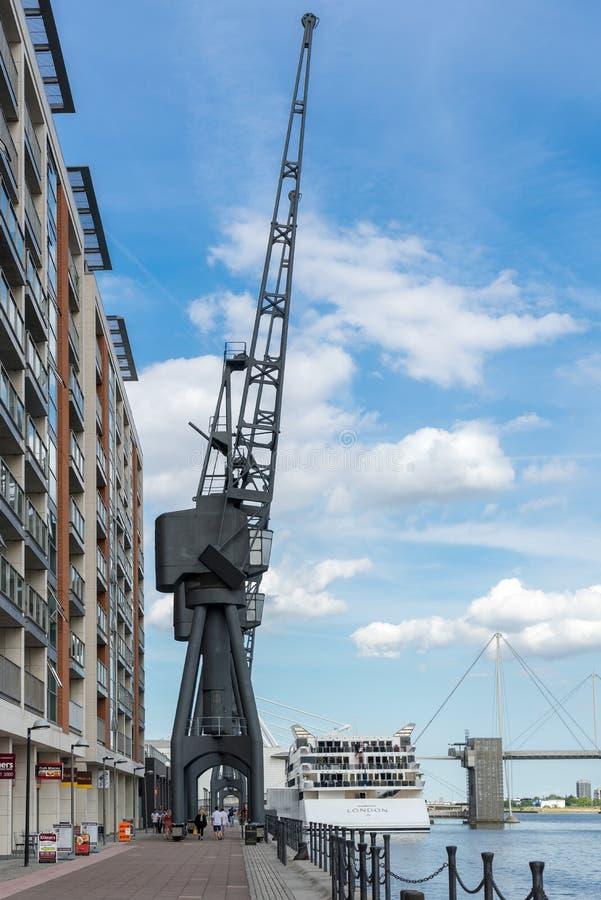 LONDON - 25. JUNI: Alter Docksidekran in London am 25. Juni 2014 stockfotografie
