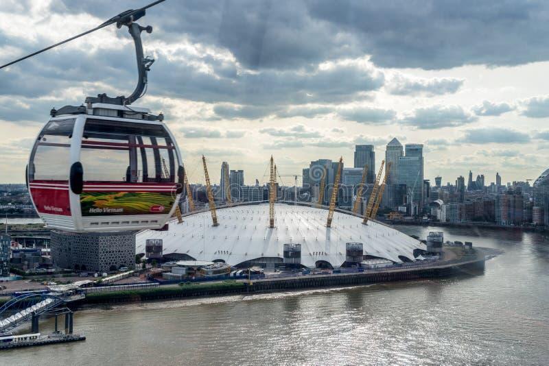 LONDON - JUNI 25: Sikt av den London kabelbilen över floden T royaltyfria bilder