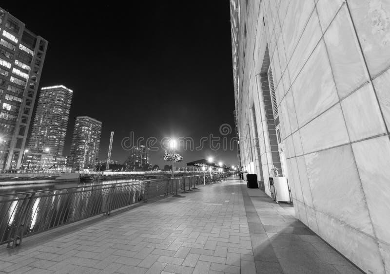 LONDON - JUNI 2015: Skyline von Canary Wharf-Wolkenkratzern nachts stockfotografie