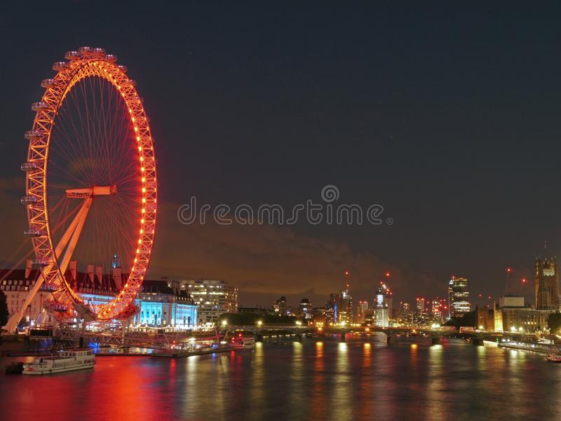 London kan dig vänta? London Eye och Themsen på natten arkivfoto