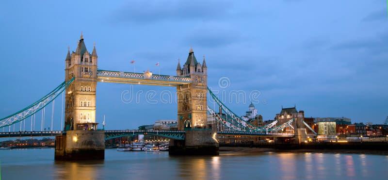 London-Kontrollturm-Brücken-Panorama lizenzfreie stockfotos