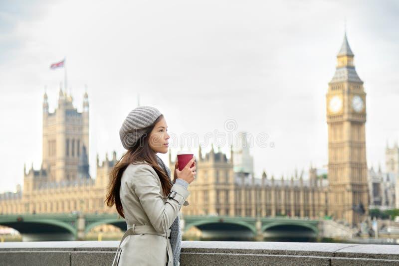London kvinna som dricker kaffe vid den Westminster bron royaltyfri foto
