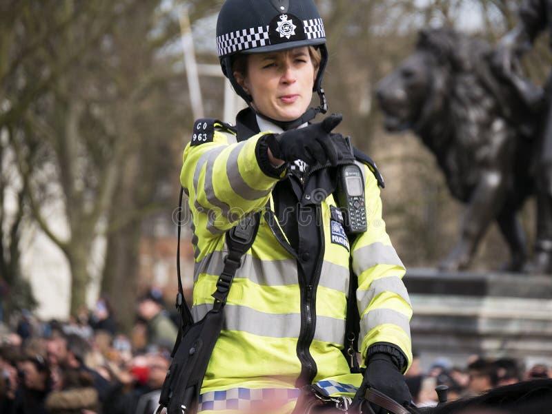 LONDON kvinnlig polis på hästrygg på Buckingham Palace royaltyfri fotografi