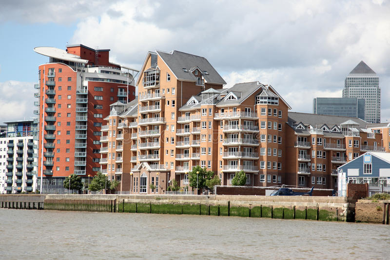 London lager konverterade in i lägenheterna på Themsen in arkivbilder