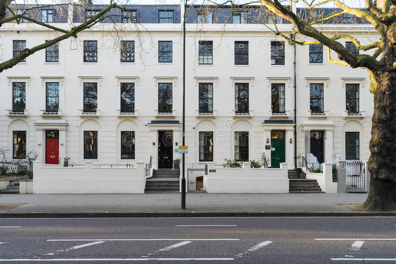 London - 30. März: Eine Reihe von typischen viktorianischen Reihenhäusern in London Kensington mit bunten Türen am 30. März 2017 stockfoto