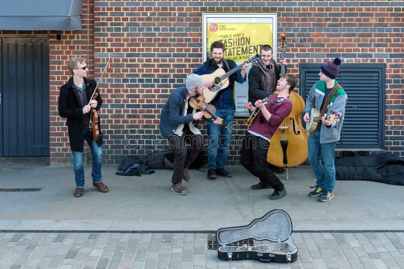 LONDON - 13. MÄRZ: Gruppe Männer Busking auf dem Southbank in Londo stockfotografie