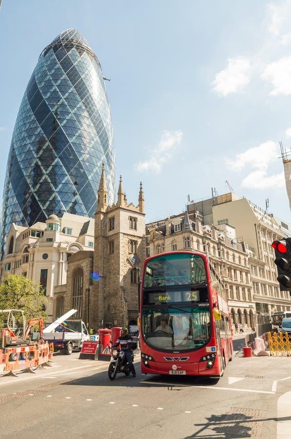 LONDON - MAJ 10, 2015 Buss för dubbel däckare i stadsaffärsdistri royaltyfria foton