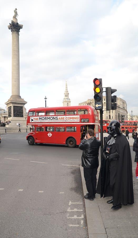 Darth Vader Londons Trafalgar Kvadrerar Den Områdes14th Mars 2013 Redaktionell Arkivbild